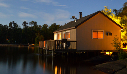 Big Whiteshell Lodge 3 Bedroom Lakefront Cottage - Right over the water